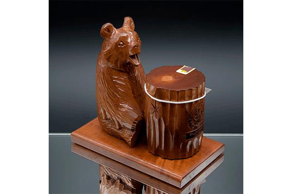 Медведь на подставке с пнем