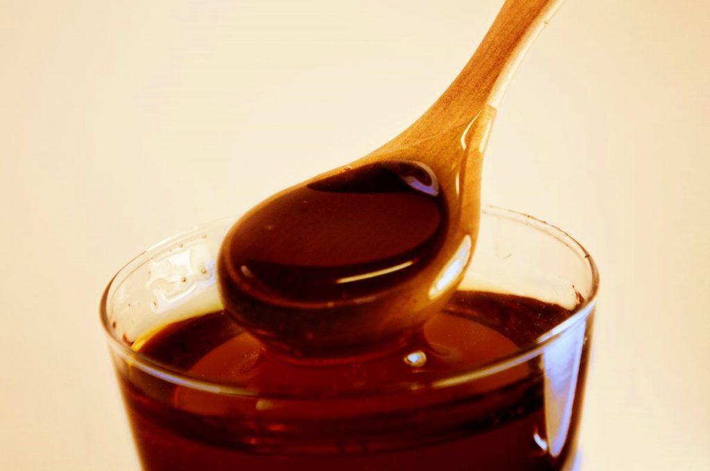гречишный мед с деревянной ложкой