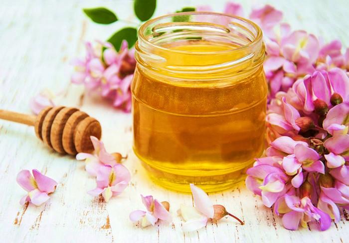 цветочный мед в стеклянной банке с цветами