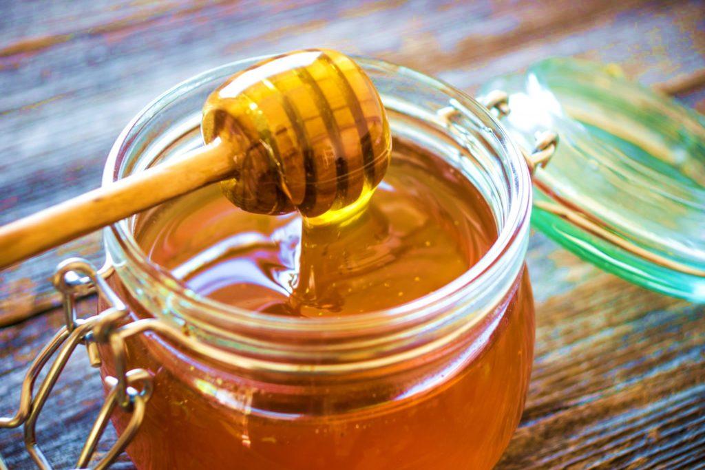 цветочный мед в стеклянной банке с веретеном