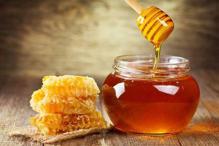 жидкий мед в стеклянной банке