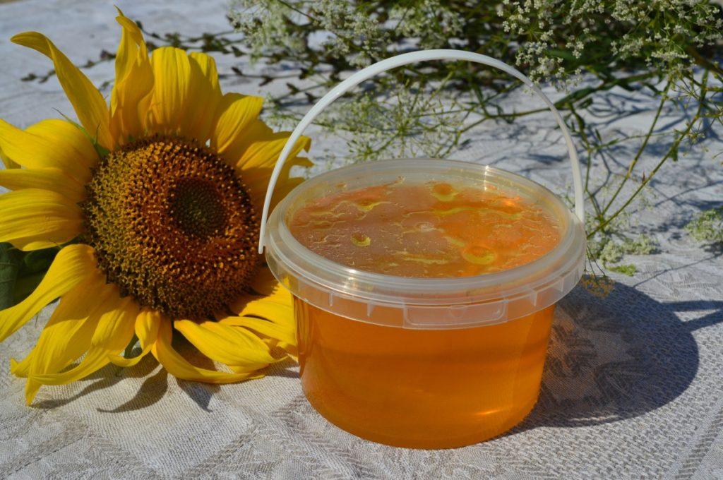 цветочный мед с пасеки в пластиковом ведерке