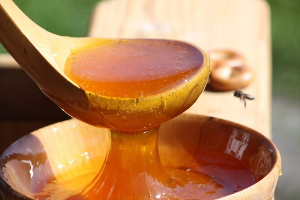 свежий мед в деревянной ложке