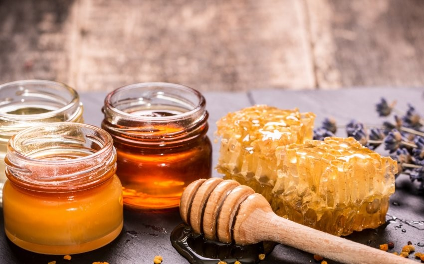 разные виды меда в стеклянных баночках