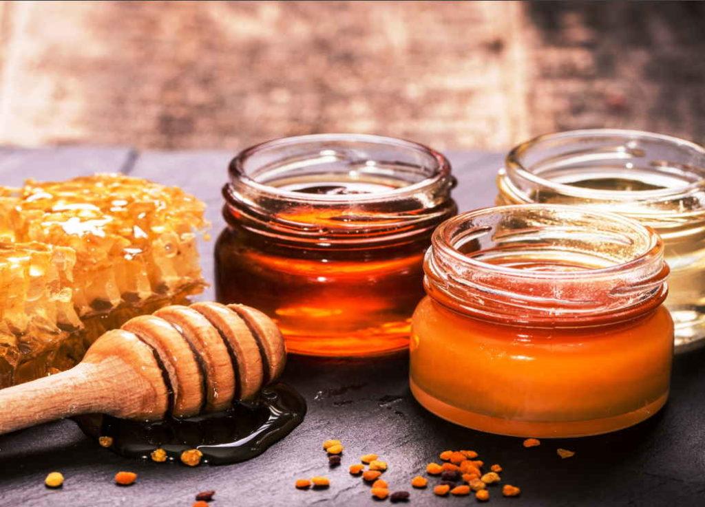 три вида меда в баночках - липовый, цветочный и горчичный