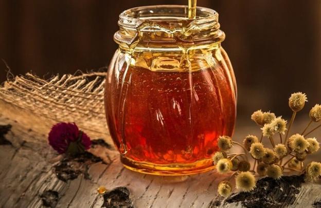 свежий мед в стеклянной баночке с цветами