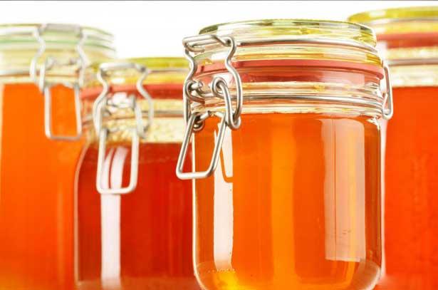 жидкий цветочный мед, разлитый по стеклянным баночкам