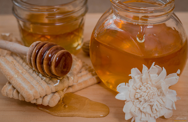 жидкий мед в стеклянных баночках