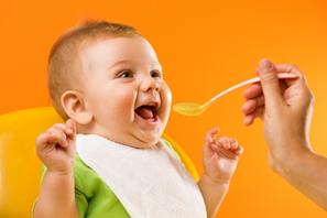 ребенка кормят с ложечки медом