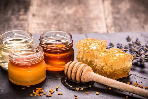 разные виды меда расфасованные по баночкам