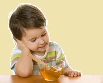 малыш кушает цветочный мед