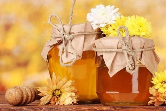 липовый и цветочный мед в стеклянных баночках