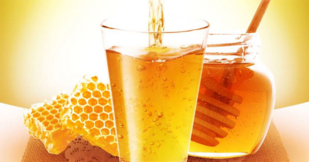 соты, цветочный мед и вода с медом в стакане