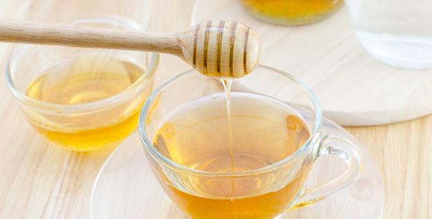 вода с медом в стеклянной кружке